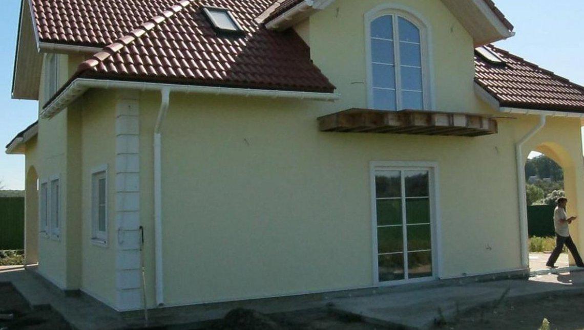 Проект симпатичного коттеджа с балконами