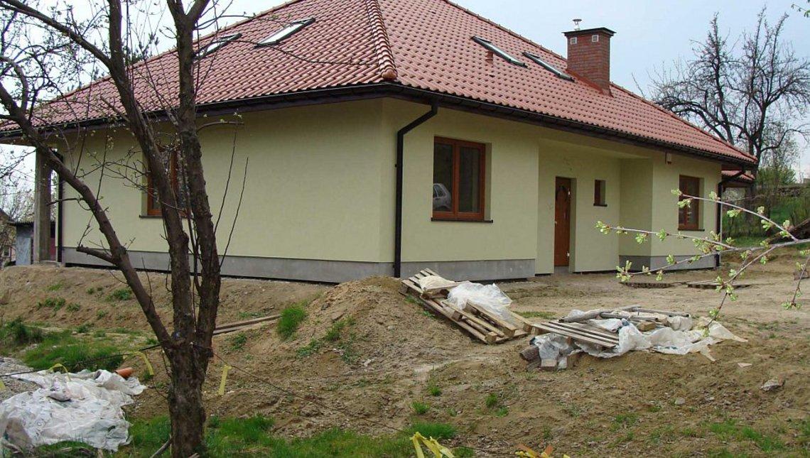 Интересный проект загородного дома с эркером и камином