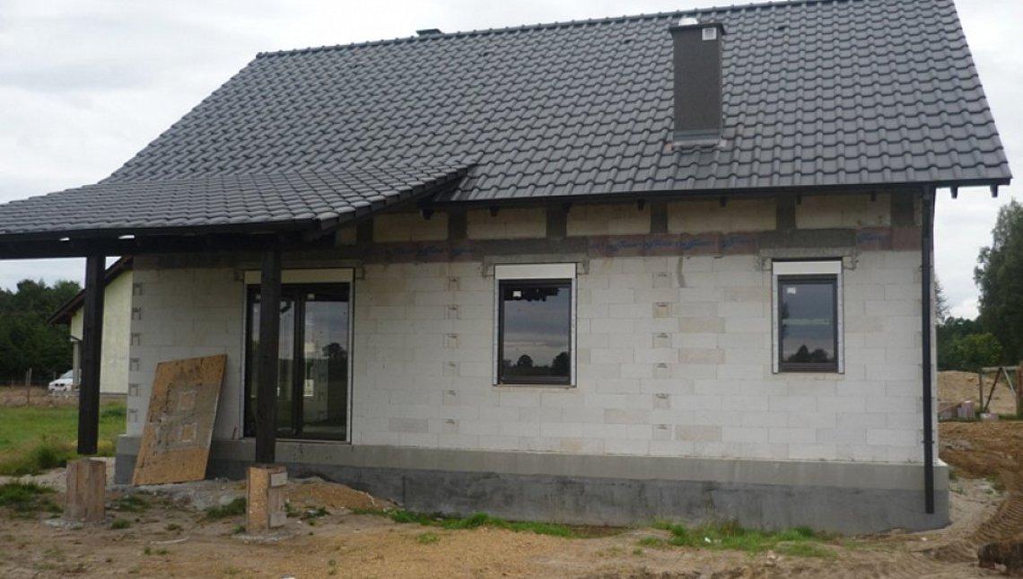 Компактный дом с балконом над эркером в столовой