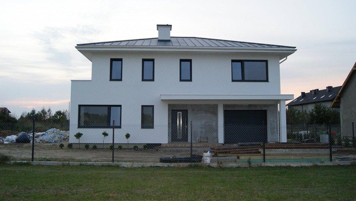 Проект современного двухэтажного коттеджа с гаражом