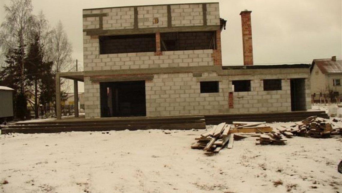 Проект двухэтажного современного коттеджа с просторной террасой над гаражом