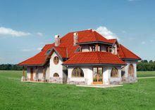 Яркое строение, декорированное натуральным камнем